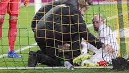 Davy Klaassen wird behandelt, nachdem er mit der Metallstange des Tores kolliderte.