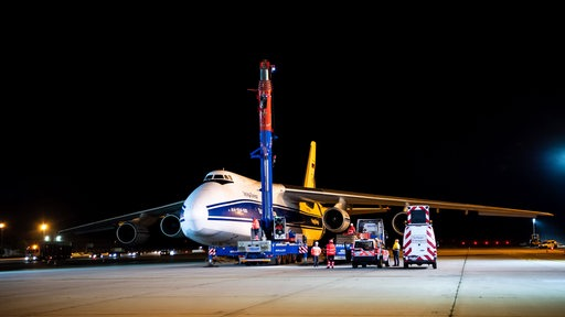 The second European service module (ESM) built by Airbus for NASA's Orion spacecraft is loaded.