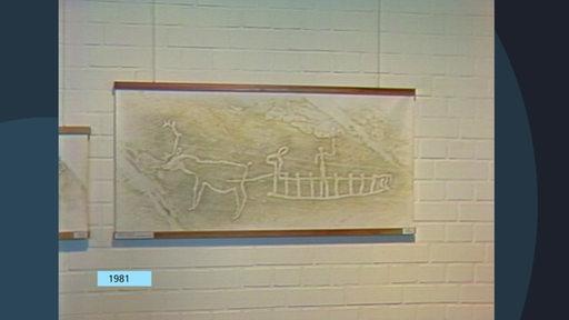 1981: An einer Wand in einer Ausstellung ist ein Bild aus der Steinzeit zu sehen.
