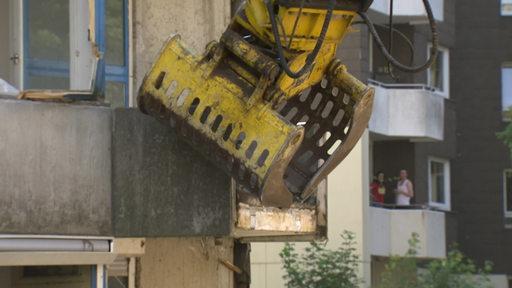 Baggerschaufel zerstört einen Balkon.