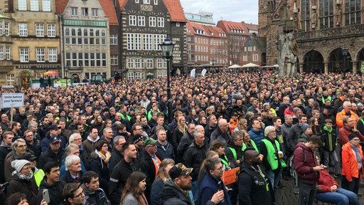 Tausende Bauern demonstrieren auf dem Bremer Marktplatz.   Radio Bremen/Rebecca Küsters