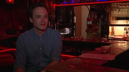 Zu sehen ist Ben Safier in einer Kneipe im Bremer Viertel bei seinem ersten Radio-Tatort.