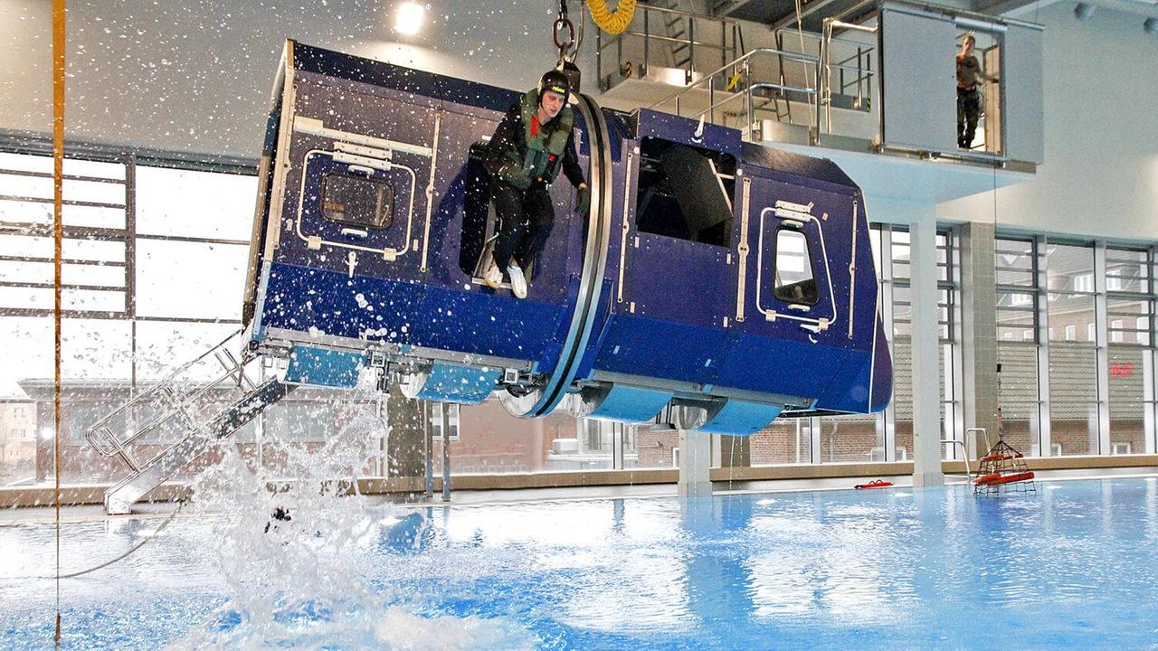 Was Ist Die Marine Operationsschule 3 Fakten Zum Hintergrund Residential Wiring Simulator Eine Gondel Schwebt Ber Wasserbecken So Sieht Der Hubschrauber Marineoperationsschule Mos In Bremerhaven Aus Quelle