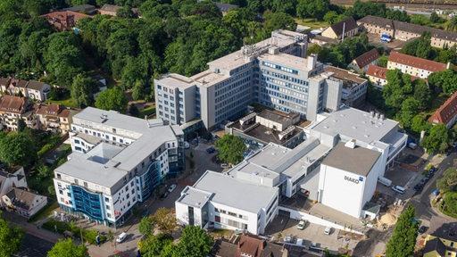 Ein Krankenhaus aus der Luft gesehen.