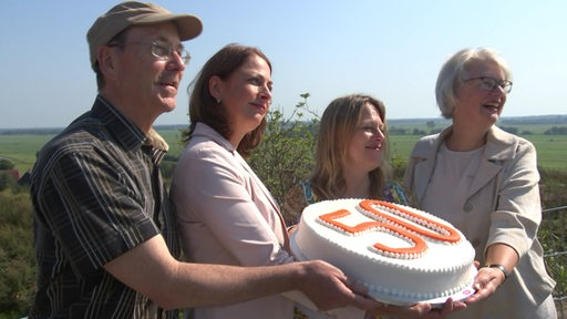 Drei Personen der Bremer Stadtwerke und Maike Schaefer halten eine Torte mit einer 50 drauf.