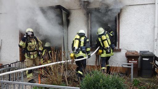 Feuer Bremen bremer feuerwehr rettet zwei menschen aus brennendem haus buten un