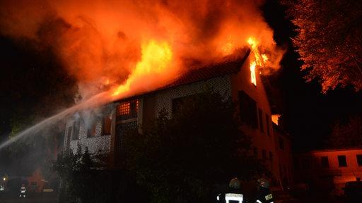 Haus steht in Wilstedt in Flammen