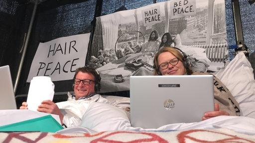 Bremen Eins-Moderatoren senden aus einem Bett auf dem Marktplatz anlässlich des Geburtstags vom