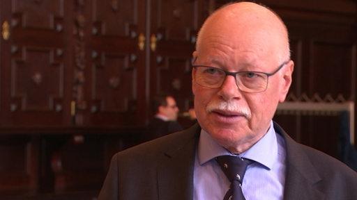 Der bremer Innensenator Ulrich Mäurer bei einer Pressekonferenz im Bremer Rathaus.