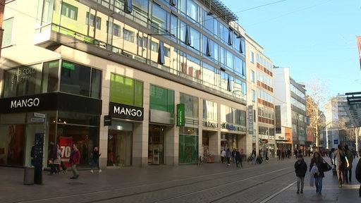 Die Obernstraße in der Bremer Innenstadt, zu sehen sind mehrere Läden und Passanten.