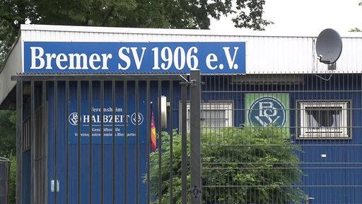 """Schild mit der Aufschrift """"Bremer SV 1906 e. V."""""""