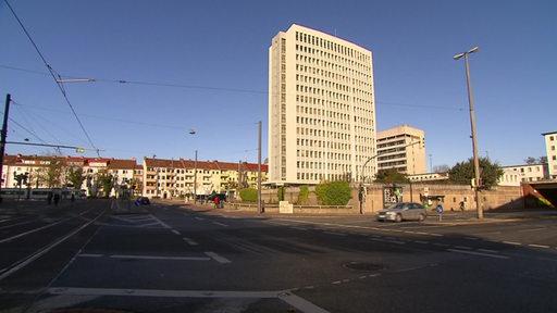 Das Bremer Bundeswehrhochhaus bei blauem Himmel.