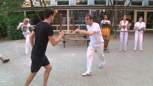 Sportblitzmoderator Yannick Lowin versucht Capoeira.