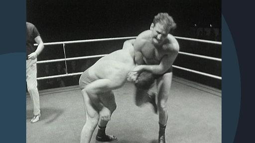 Archivbild in Schwarz/Weiß: Zwei Männer kämpfen in einem Ring.
