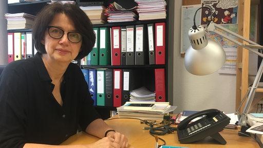 Politikerin Claudia Bernhard an ihrem Schreibtisch.