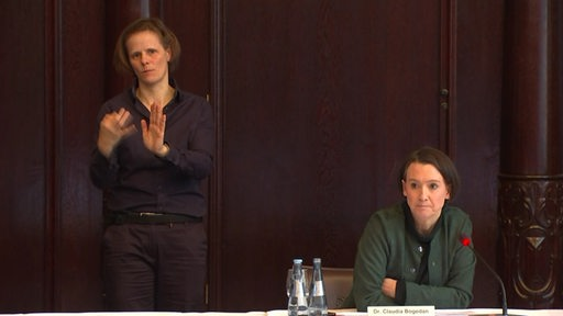 Senatorin Claudia Bogedan mit Gebärdendolmetscherin