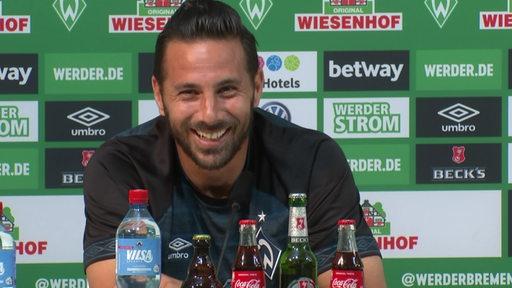 Der Werder Bremen Fußballspieler Claudio Pizarro bei der heutigen Pressekonferenz.