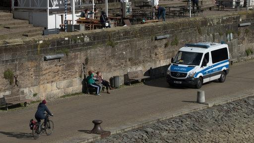 Ein Polizeibus fährt Streife an der Schlachte in Bremen
