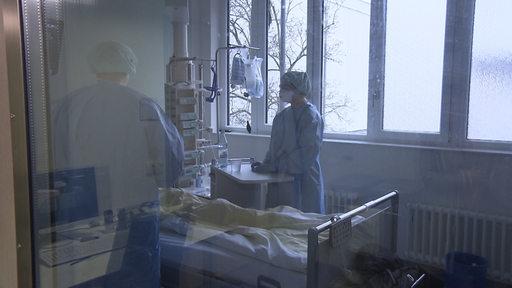 Krankenhauspersonal steht an einem Krankenbett im Klinikum Bremen Mitte