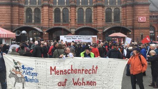 Menschen halten ein Plakat gegen Wohnungsmangel in Bremen | Radio Bremen/Mischa Wahed