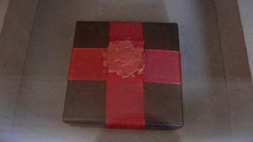 Eine Box mit einem roten Siegel in einem Reliquiengrab.