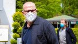 Werders Interimscoach Thomas Schaaf kommt am Sport-Hotel in Barsinghausen an und trägt eine weiße FFP2-Maske.