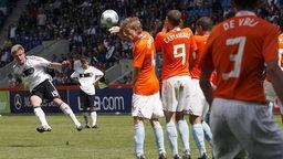 Der 17-jährige Werder-Spieler Florian Trinks bei seinem Freistoßtor im U17-EM-Finale gegen die Niederlande.