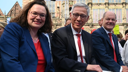 PD-Parteichefin Andrea Nahles, Carsten Sieling, Bürgermeister in Bremen und Spitzenkandidat der SPD zur Bürgerschaftswahl und Finanzminister Olaf Scholz (r, SPD) sitzen beim SPD-Wahlkampfhöhepunkt auf dem Marktplatz zusammen.