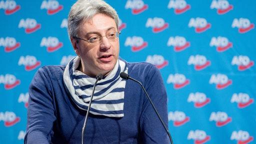 Alexander Tassis, AfD-Abgeordneter in der Bremischen Bürgerschaft, steht an einem Rednerpult und spricht