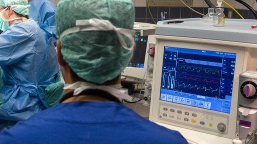 Ein Arzt operiert im Klinikum Mitte in Bremen