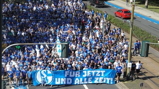 Fans des FC Schalke 04 bei einem Fanmarsch zur Veltins Arena am 24.08.2019.