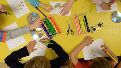 Vorschulkinder basteln in einer Kindertagesstätte