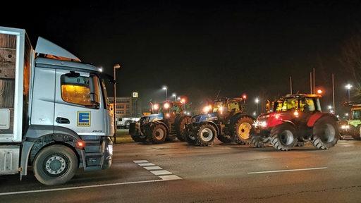 Rund hundert Traktoren haben eine Blockade des Edeka-Zentrallagers in Wiefelstede errichtet