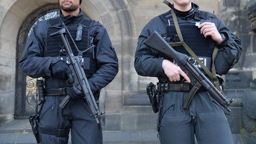 Polizisten stehen am 28.02.2015 in Bremen vor dem Dom. Die Polizei in Bremen warnt vor einer Gefahr durch gewaltbereite Islamisten in der Stadt.