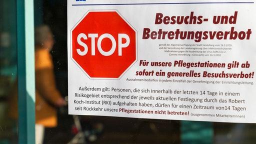 Aushang an einer Tür eines Altenheims:Aushang mit der Aufschrift: Stop - Besuchs- und Betretungsverbot! (Symbolbild)