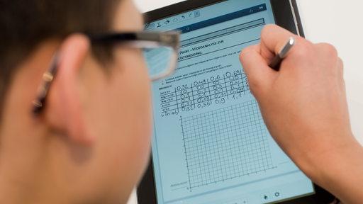 Ein Schüler lernt mit Tablet-Computer