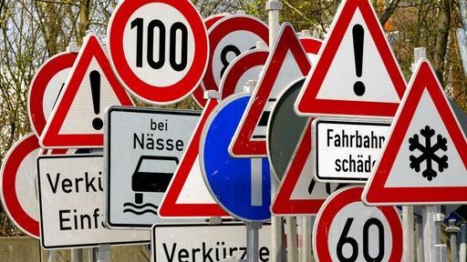 Viele verschiedene Verkehrsschilder