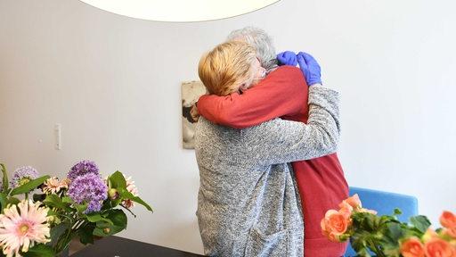 Ein Bewohner eines Pflegeheims erhält ein Besuch von seiner Frau und wird umarmt. (Archivbild)