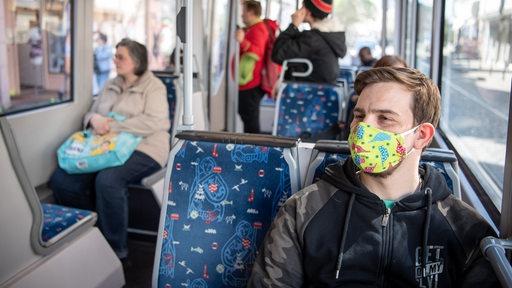 Fahrgäste in Straßenbahn