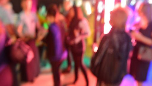 Menschen, unscharf fotografiert, auf einer Party in Frankfurt am Main.