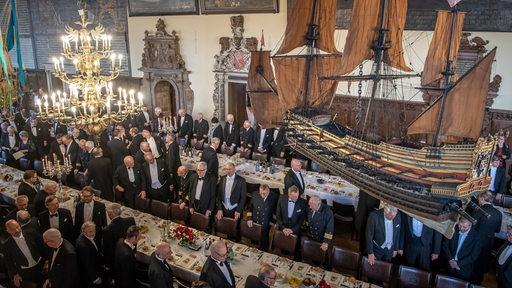 Teilnehmer der Schaffermahlzeit 2020 stehen in der Oberen Rathaushalle.