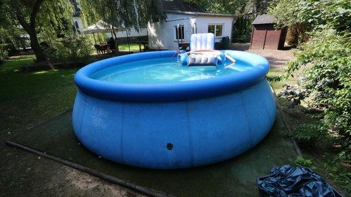 Ein aufblasbarer Swimmingpool in einem Garten (Symbolbild)
