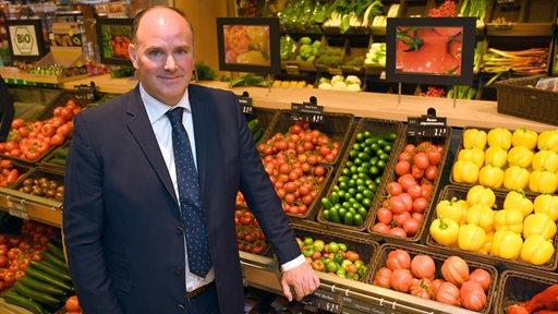 Der Geschäftsführer des Lestra-Supermarkts in Bremen Horn, Cornelius Strangemann, schaut in die Kamera.