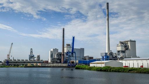 Kohlekraftwerk Bremen-Hafen und Mittelkalorik-Kraftwerk (von links), Bremen, Deutschland
