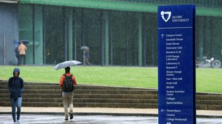 Studentan an der Jacobs University in Bremen im Regen.