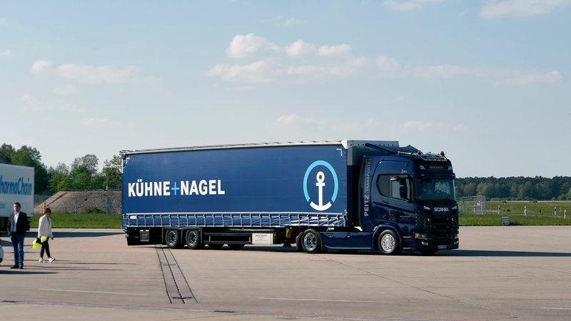 Ein Kühne + Nagel Lkw steht auf einer Straße in Hannover