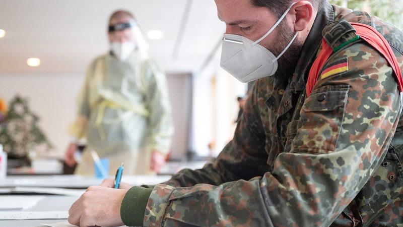 Bundeswehr soldiers help with corona rapid tests in old people's and nursing homes