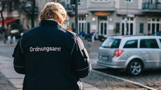 Eine Frau vom Ordnungsamt auf der Straße.