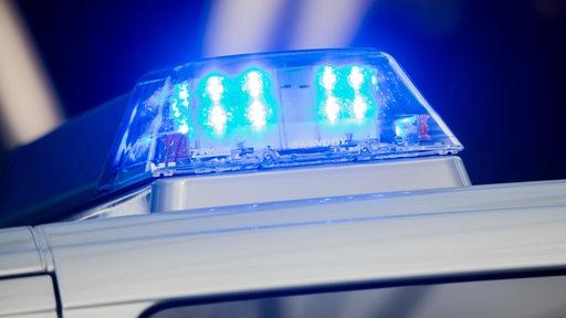 Das blinkende Blaulicht eines Polizeiwagens.