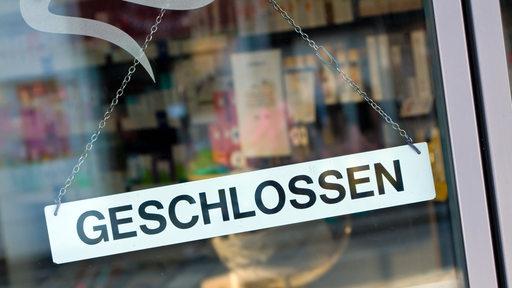 Geschlossen-Schild an einer Ladentür.